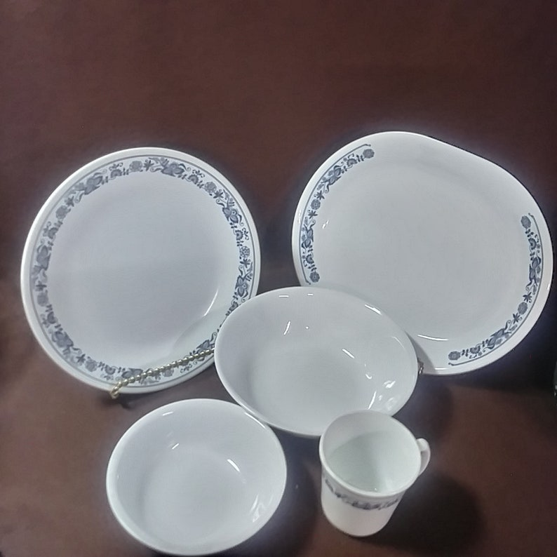 Vintage Corelle discontinued dinnerware  Town House, Blue Onion pattern  20  pieces total