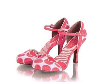 Retro style heeled shoes with bracelet