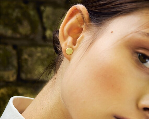 Small gold colored stud with a hammered plate. Gilded brass. Matt Look. Minimalist look.