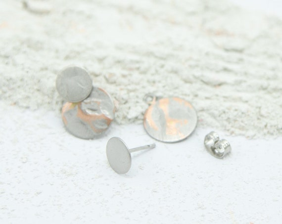 2 in 1 studs silver colored. With round plate pendant. Matte and shiny surface, with or without plates wearable. Lemon & Pink