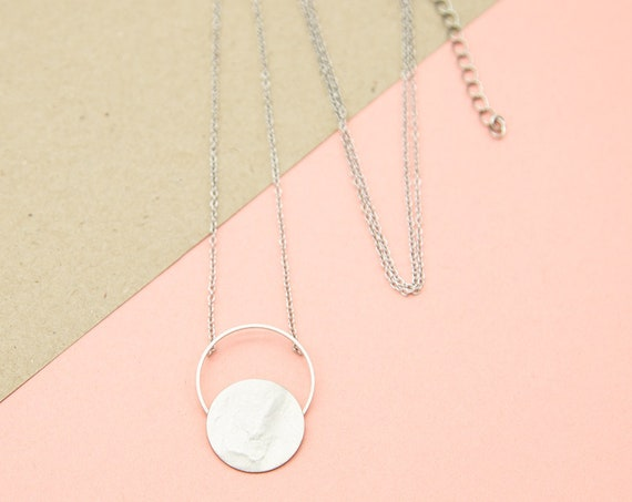 Minimalist long necklace silver colored. Tender ring with hammered plate, rhodiumed brass