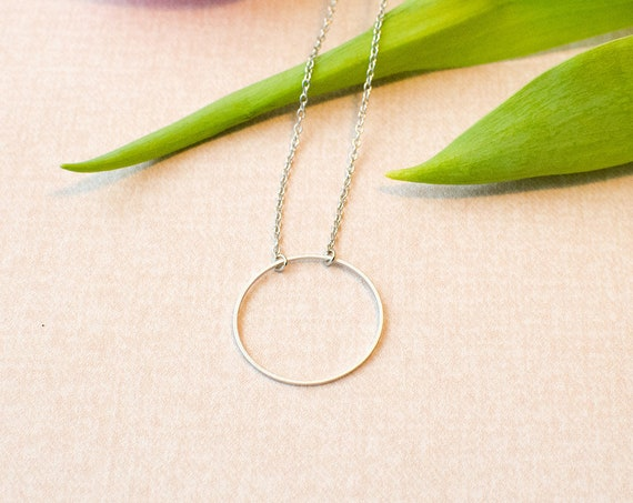 Minimalist circular chain short, discreet, ring, Matt. Rhodium refined brass. Lemon & Pink