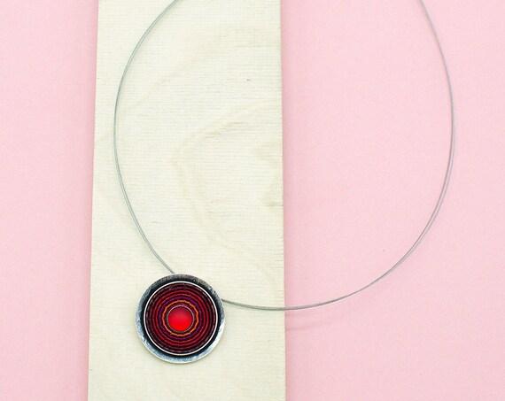Kette Silber mit rotem Anhänger. Bohokette, Hippielook. Spiraloptik.
