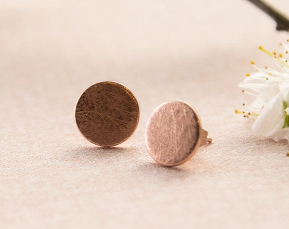 Studs Circle brushed, round, rose gold refined brass. Super discreet, delicate and minimalist.