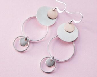 Statement Ohrringe, Ring Ohrring, filigrane Kreise ineinander. Rhodiniertem Messing, silber farbig mit Bicolor look. Lemonandpink