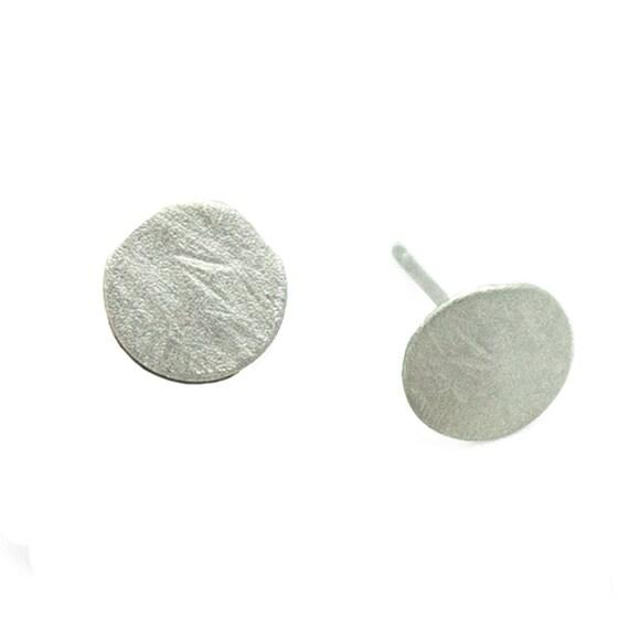 Kleiner silber farbiger Ohrstecker aus gehämmertem Plättchen. Matt Optik. Minimalistischer Look.