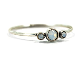 Delicate ring silver-plated with 3 glass crystals in white opal, also selectable in black!