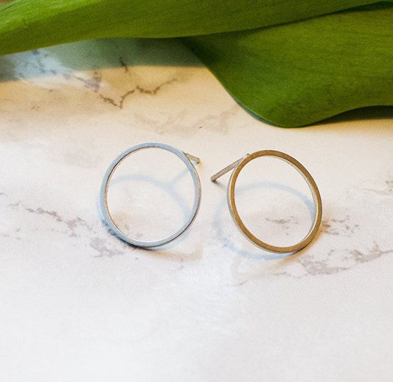 Ohrsstecker Circle, minimalist, in rhodium refined brass available. Silver colored. Look in Matt.