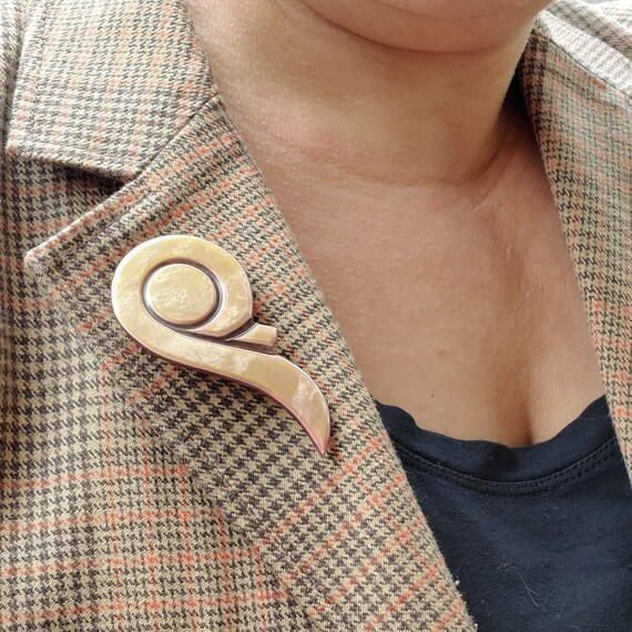 Vintage 1930s early plastic and brass enamel brooch pin