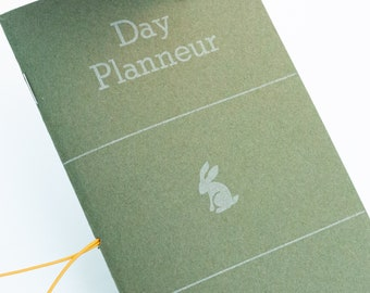 Day Planneur, a minimal pocket-sized planner and EDC (everyday carry)