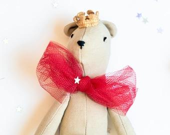Piccolo orsacchiotto con corona e fiocco rosso