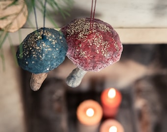Decoration vintage-inspired mushrooms with cotton cotton yarn glitter, of various colors and sizes.