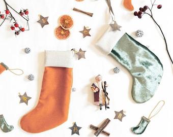 Calza natalizia in velluto con iniziale