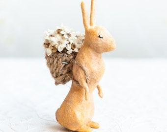 Lepre decorativa in cotone idrofilo con cesto di fiori veri