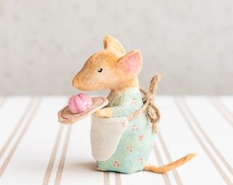 Decorazione topolina vestita con torta