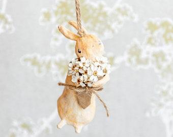 Coniglio decorativo in cotone filato, coniglietto da appendere, ornamento primaverile con fiori veri