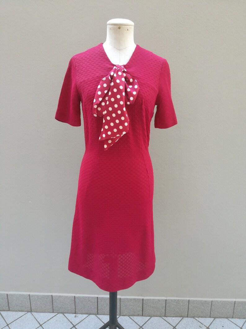 newest 1454d 267d4 Abito anni 60 color rosso amaranto con fiocco a pois. Americano inizi anni  1960 taglia 40 italiana