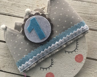 Grey birthday fabric crown with white Lunarcitos and Azulitos details