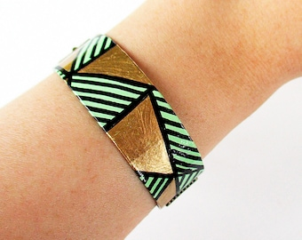 """Paper Bracelet - """"Zaha"""" / handmade with recycled material / hand painted (1,7 x 18 cm) / Shipping to worldwide."""