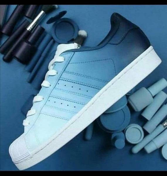 Baskets customise, chaussures personnalisées , blanc, rose, superstar, adidas,femme, ideal cadeau, Superstar dégradées bleu
