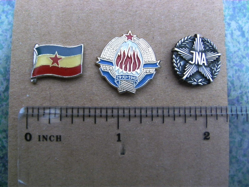 Yugoslav People/'s Army - Lot of 3 pin badges Flag of Yugoslavia Coat of Arms and JNA