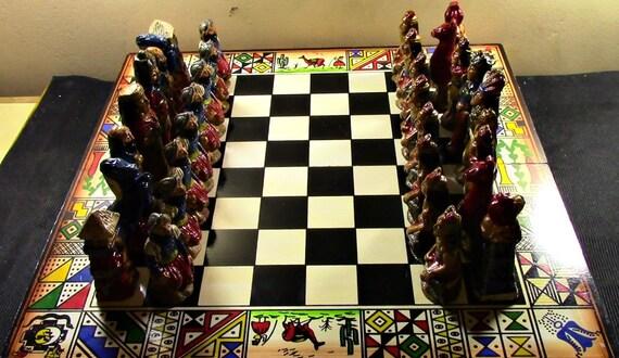 Jeux d'échecs à la main avec des Incas et espagnols, sculpté à la main et peint à la main des figures en bois, fait à la main et peint planche à la main