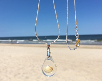 Silver necklace with Shell in resin