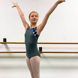 Gymnastics leotard in grey with polka dot accents
