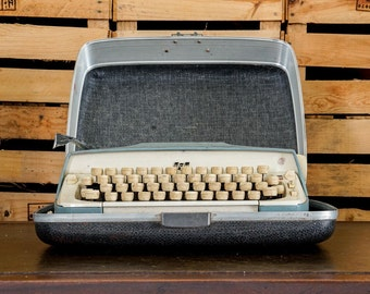 Smith Corona Galaxie - Spanish Typewriter with hardcase - ñ - Vintage 1950s