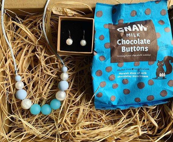 Gift box for her incl silicone bead necklace, 925 sterling silver earrings and chocolate