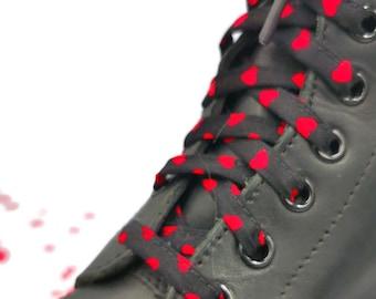 Super Lacets Noir avec coeurs rouges en tissus ,faits à la main au Québec. Embouts plastifiés, Dr Martens, Converse, Vans, grandes longueurs