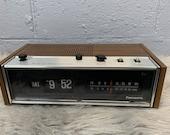 Vintage 1970s Panasonic Flip Clock Alarm Clock Radio Am Fm Plug Battery WooD Grain Faux Wood Flip Numbers Vintage Clock Boho Home 70s Decor
