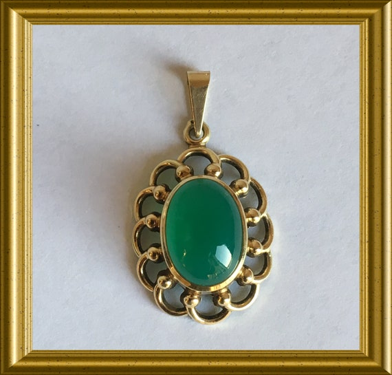 14 carat gold pendant with green stone