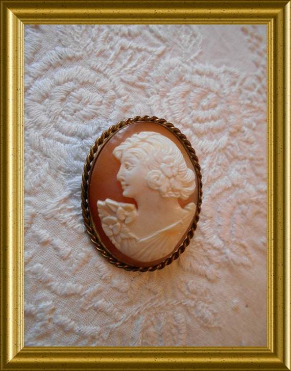 Antique brooch : shell cameo, portrait lady