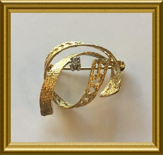 14 carat golden (585) pin brooch with diamond
