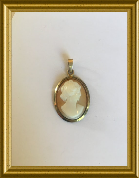 Vintage gold plated pendant: shell cameo