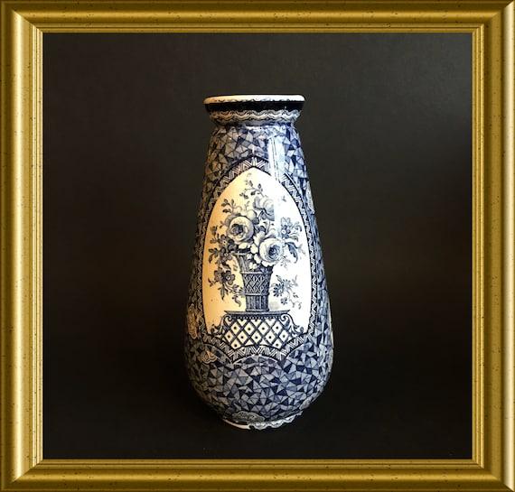 Antique blue and white earthenware vase : decor Flamand
