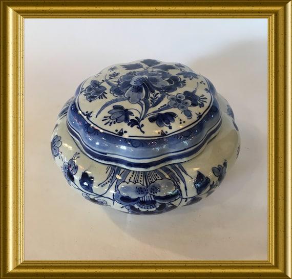 Vintage handpainted Porceleyne Fles Delft blue lidded box