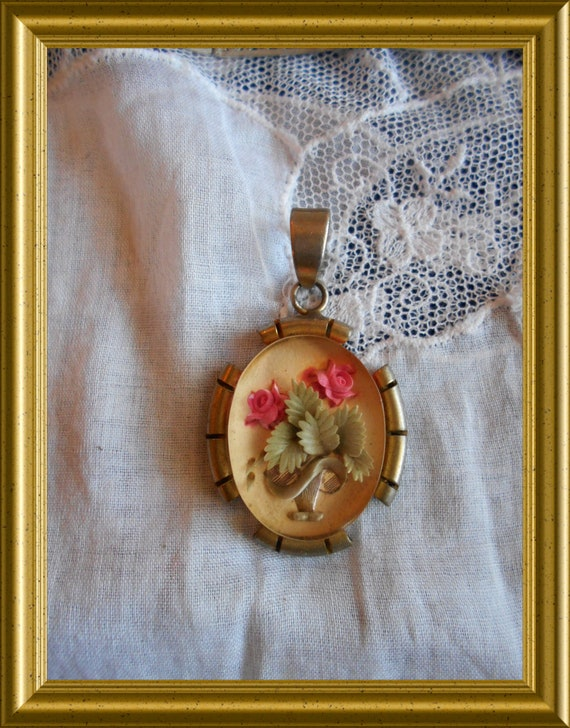 Vintage lucite reverse carved pendant ; flowers