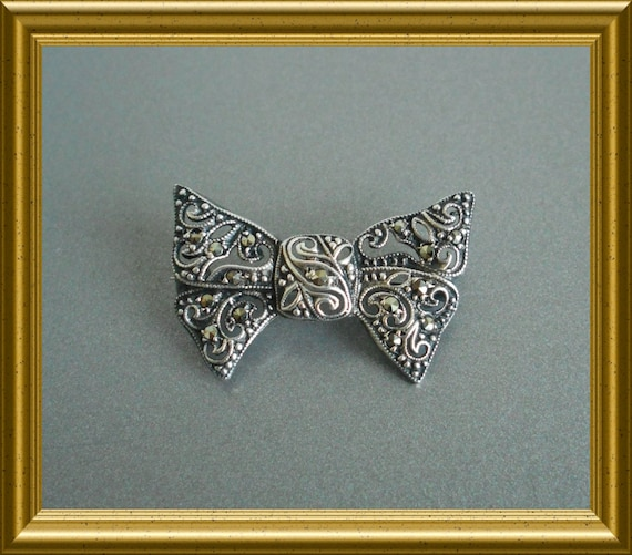 Vintage silver brooch with marcasite : bow