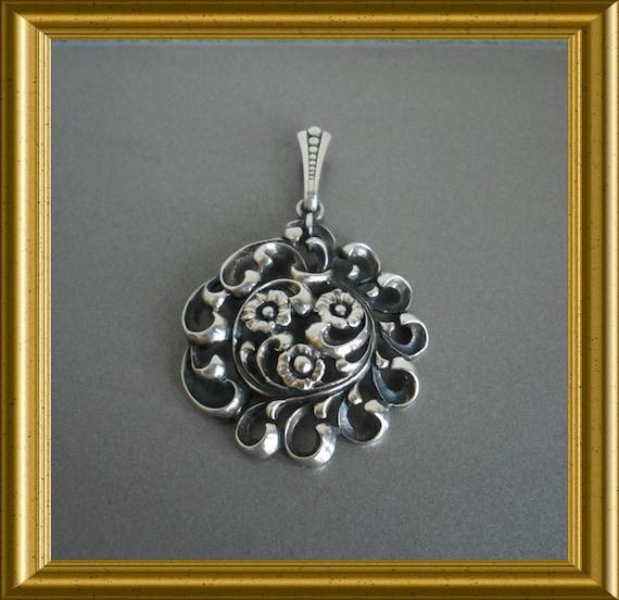 Beautiful vintage silver pendant: flowers