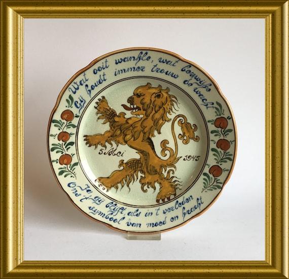 Handpainted Gouda art pottery liberation plate: 5 may 1945, Dutch lion