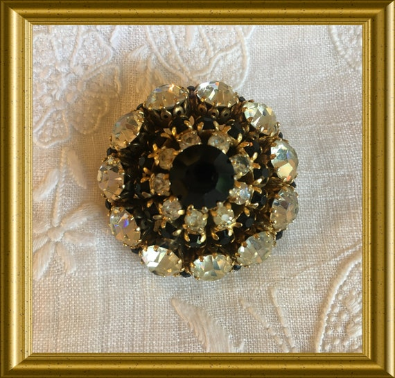 Vintage black brooch: costume jewelry