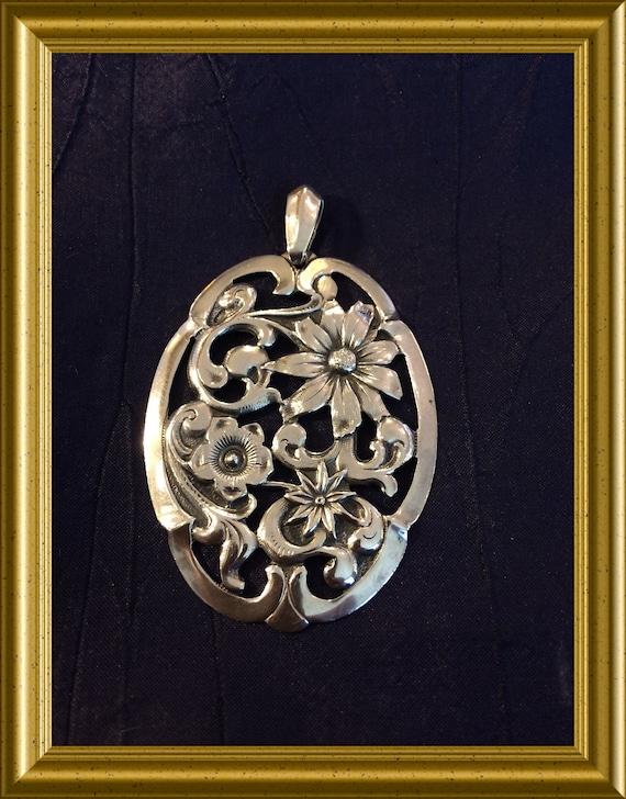 Beautiful silver pendant with flowers : Alex Meijer, Schoonhoven, Holland