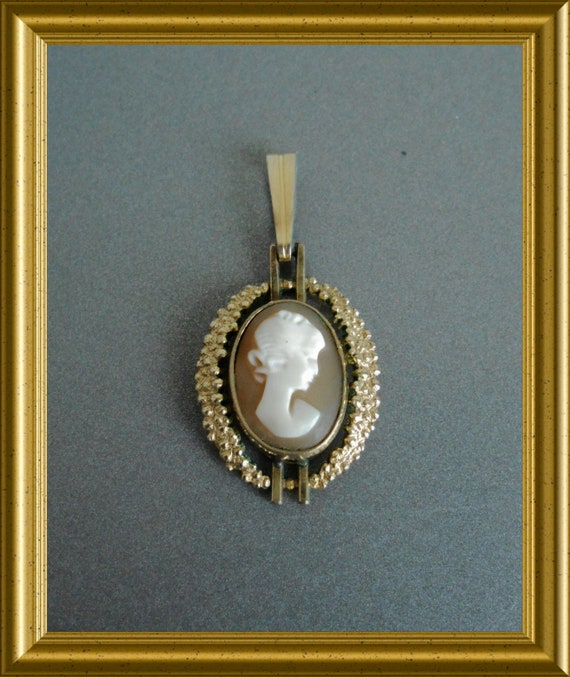 Lovely small gold plated pendant : shell cameo