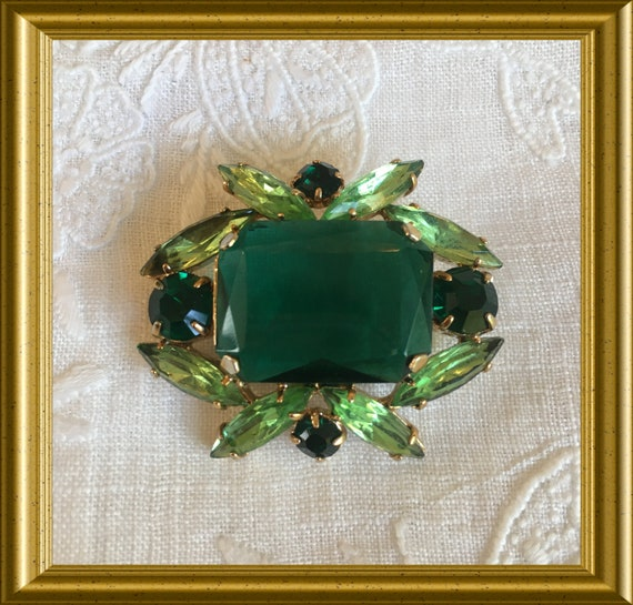 Vintage green brooch: costume jewelry