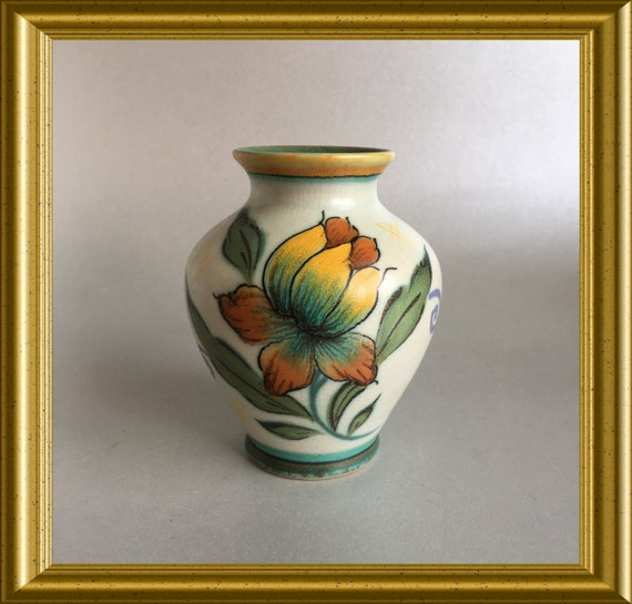 Small handpainted art pottery vase: Royal Zuid Holland Gouda, PZH, decoration Trix