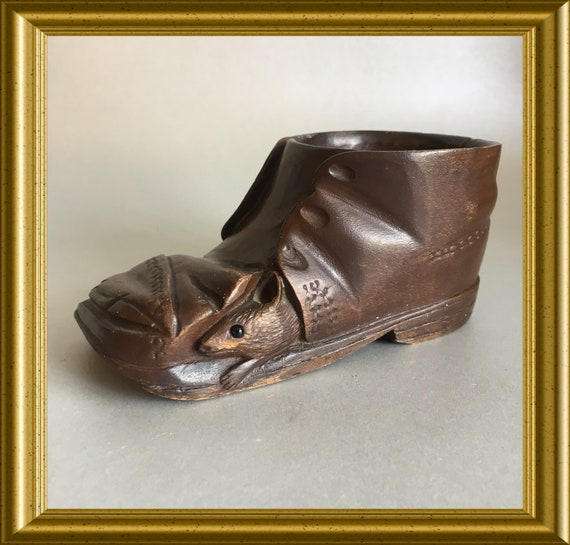 Vintage wood carving : wooden shoe with mouse, Black Forest