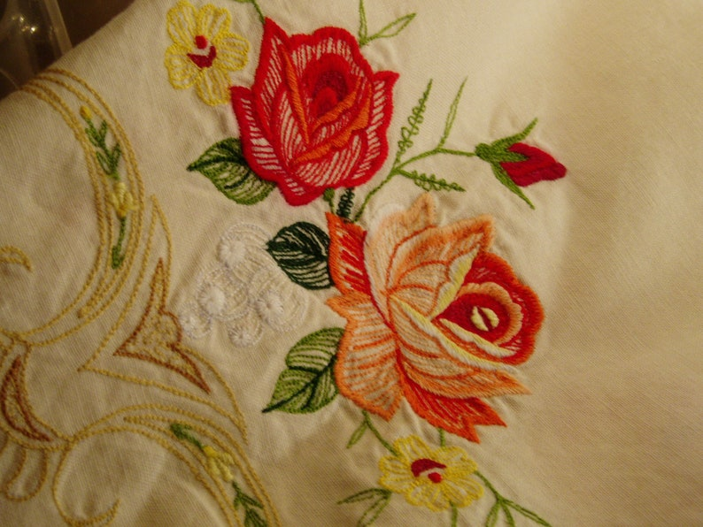 Round tablecloth and 8 napkins embroidered