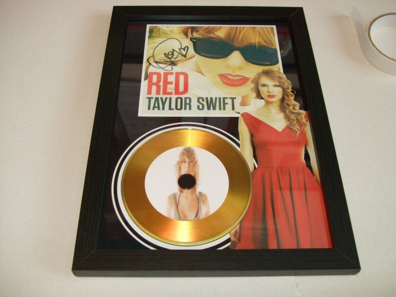 taylor swift signed disc display (no tracking on my orders to keep postage  down thanks )